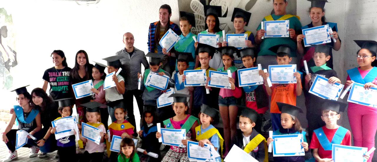 Los niños y niñas de la Escuela de Paz curso 2014-2015 se gradúan